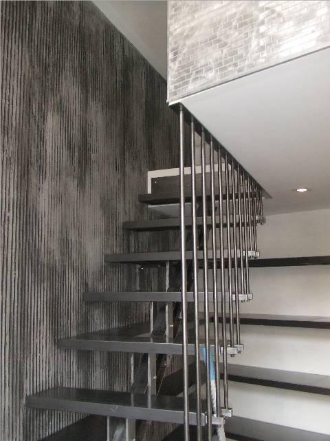Escalier intérieur brossé et étagères